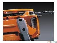 Цепной тормоз двойного действия, щиток для защиты правой руки и ограничитель цепи повышают безопасность использования бензопилы
